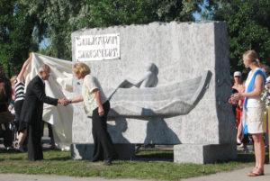 Soutupatsaan paljastustilaisuudessa 4.7.2007. Itä-Suomen läänin maaherra Pirjo Ala-Kapee ja Kauko Miettinen.